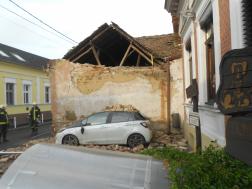 Tűzfal borult az autóra a Domb utcában 2
