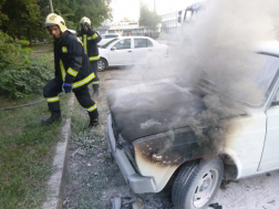 Autó motortere égett Debrecenben
